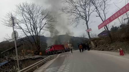货车突发自燃 现场浓烟滚滚引围观
