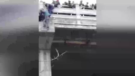 重庆一老人跳桥轻生 两男子站悬崖边将其拽住