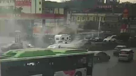 车辆电路损坏引发自燃 交巡警及时妥善处置