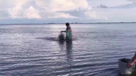 大鱼口生(稀有镜头) Big Fish Giving Birth Through Mouth!