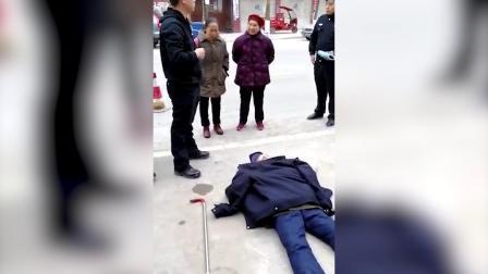 老人路边晕倒 民警脱下警服为老人遮盖保暖
