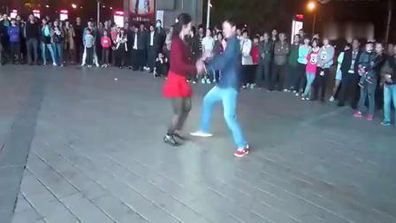 广场舞:《女人是老虎》夫妻双人舞 跳的太好了!