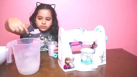 宝贝大挑战:小女孩在家用玩具机器做冰淇淋,你想吃什么口味的?
