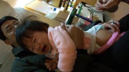 5岁双胞胎打疫苗,姐姐打完,下一秒妹妹的反应,网友:太真实了!