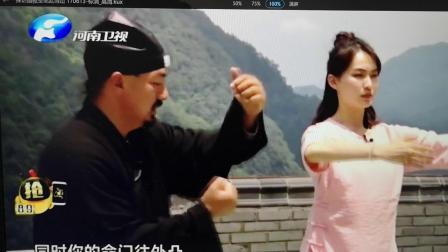 河南卫视美女主持人武当山体验传统功夫练习2