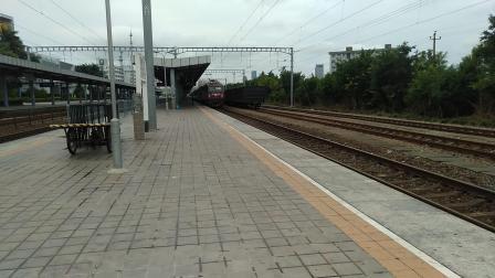 [惠州站] T128次列车驶入站台-K255次列车快速过站