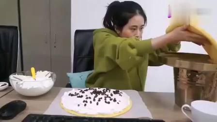 """办公室小野:小野吃个铜锣烧,竟然也要""""撒狗粮""""?真是够了"""