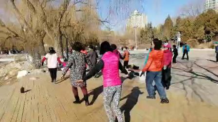 呼市满都海公园李大姐舞蹈队祝姐妹们三八节快乐!