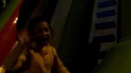 夏子珩3岁在体育馆玩