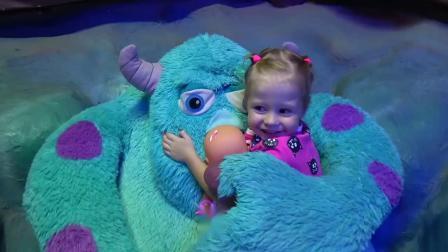 小萝莉在体育场带着玩具娃娃一起玩!