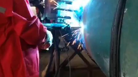 焊工们正在学习培训使用熊谷管道全自动焊机