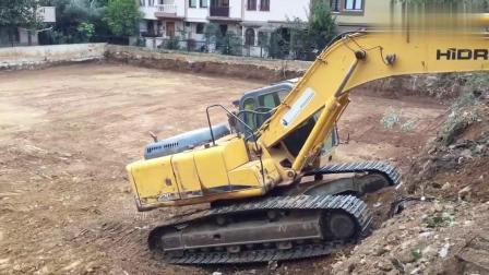 挖掘机老司机,一看后面的上坡技术就知道驾驶员技术高超