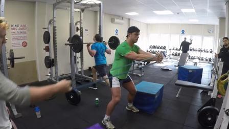 国外某大学橄榄球运动员的力量训练
