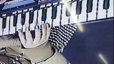 易老师电子琴故乡的亲人右手弹奏。