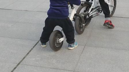 丁丁骑平衡车