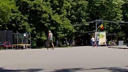 国外时尚大叔玩转airwheel m3智能滑板,比传统电动车更拉风炫酷