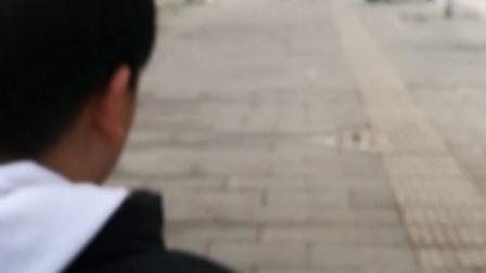 11岁12个月  康辉去吃饭的路上背小科  也是拼了