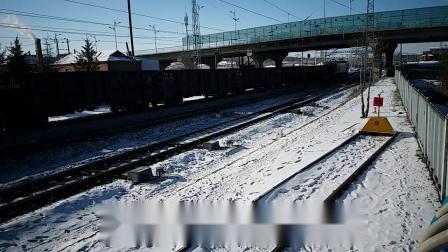 HXD3CA牵引货列快速通过牙克石立交桥下