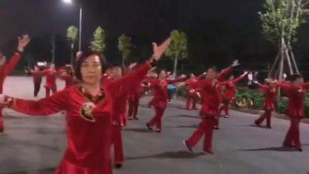 舞乐传奇广场舞:舞友们排练舞蹈