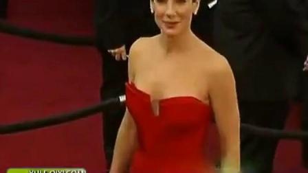 第83届奥斯卡红毯:桑德拉·布洛克一身红
