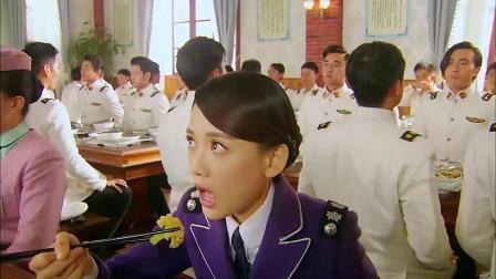 学员们吃饭狼吞虎咽,女教官一口没吃,午饭时间已结束