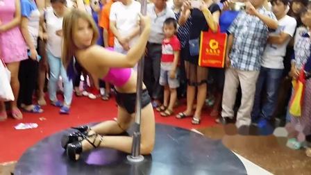 【拍客】深圳一商场现辣妹狂跳钢管舞 市民围观