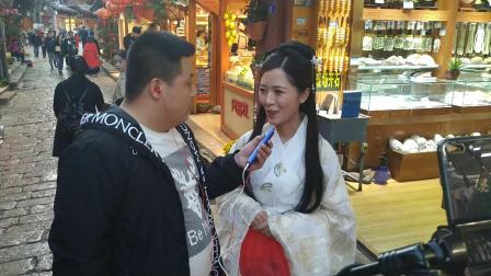 年轻人傍晚在丽江古城玩手机直播给全国网友!