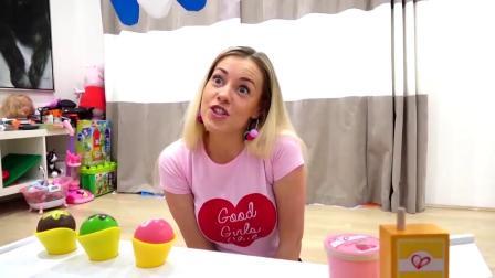 Gaby和Alex假装玩冰淇淋车玩具和婴儿娃娃。小孩亲子家长