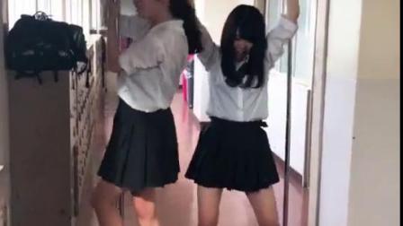 调皮的日本高中生。