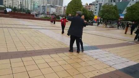 凉都六盘水人民广场市民们在快乐地跳交谊舞