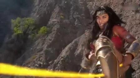 我在金刚狼的恢复力就是恐怖 被神奇女侠一脚踩扁 丢进熔岩还能反杀截了一段小视频