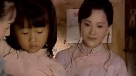 母亲把小女儿送人,姐姐哭的伤心极了,最后小女儿说了句暖心的话