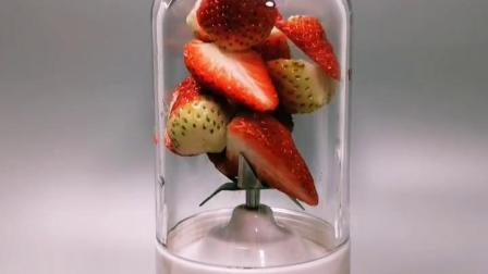 草莓加入酸奶,纯牛奶,一起榨成奶昔,倒入杯中,再加入乳酸菌,一杯好喝的热恋草莓酸奶做好!