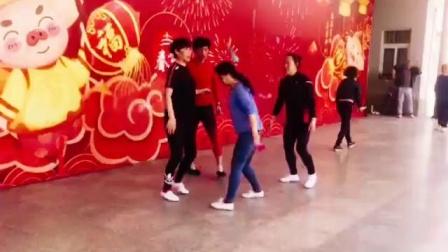 天坛钱姐雕毛毽子视频,19.3.27和义大舞台蔡姐,二钱,喜子,钱姐,