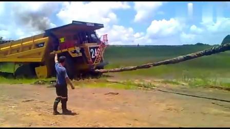 70噸重的卡車陷進泥坑里,推土機直接把它拽上來,真是太強悍了!
