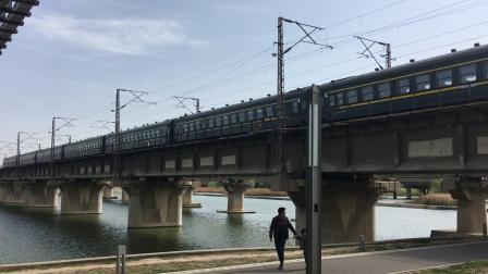 陇海线 8351次缓慢通过西安枢纽灞河铁路桥 准备进灞桥站5道办理通勤