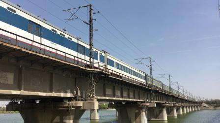 陇海线 Z41次鸣笛交汇K322次并通过西安枢纽灞河铁路桥