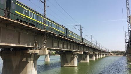 陇海线 Z165次鸣笛交汇HXD3D并通过西安枢纽灞河铁路桥
