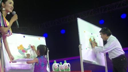 四岁的许颂(贝贝)在《非常6+1》节目中比拼中国地图,著名播音员韩乔生爷爷甘拜下风