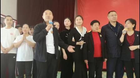 院长、宏图按摩师培训学校赵展锋校长、大老师和四老师,以及118期的学员们一起唱起了《爱的奉献》,结束了今天的毕业典礼。