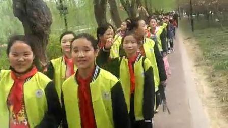 六五班的孩子们步行从烈士陵园祭奠英雄回学校的路上。
