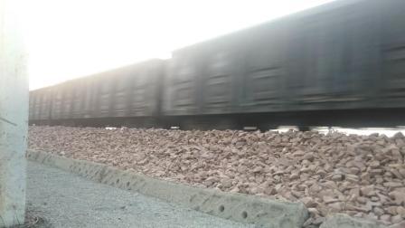 火车 双眼怪 HXD1B牵引货车通过
