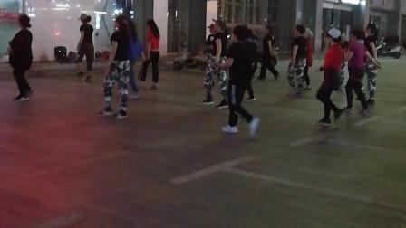 12岁  康辉和妈妈学跳街舞  有爱好很主动