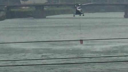 景德镇市珠山区竞成镇银坑村发生森林火灾,直升机🚁在昌江河取水紧急救援施救🔥。