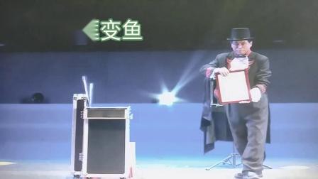 国际魔术师协会会员刘礼清在黄石市群艺馆表演舞台魔术《画框变鱼》