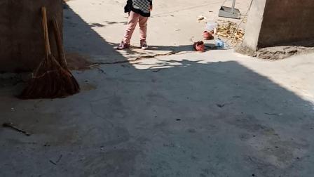 打球小姑娘。