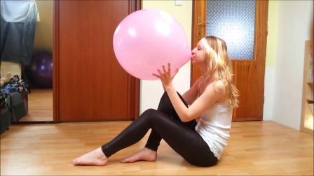 美女吹爆气球