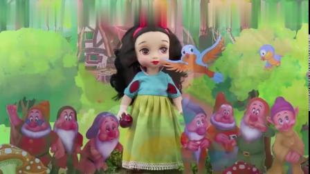 芭比娃娃妹妹最喜欢看白雪公主动画片!