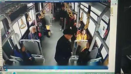 兰州公交一老大爷要求让座被拒强坐女乘客腿上,民警已协调