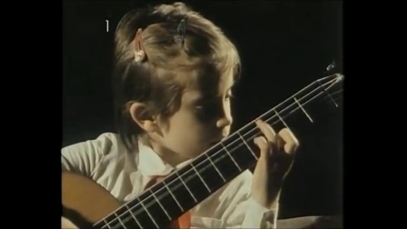 萌萌的小安娜弹一把大吉他